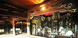 8月も公開が決まった三門の仏間。江戸時代の仏像が拝観できる=長野市の善光寺で